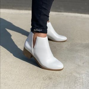 WHITE SIDE V CUT BOOTIE